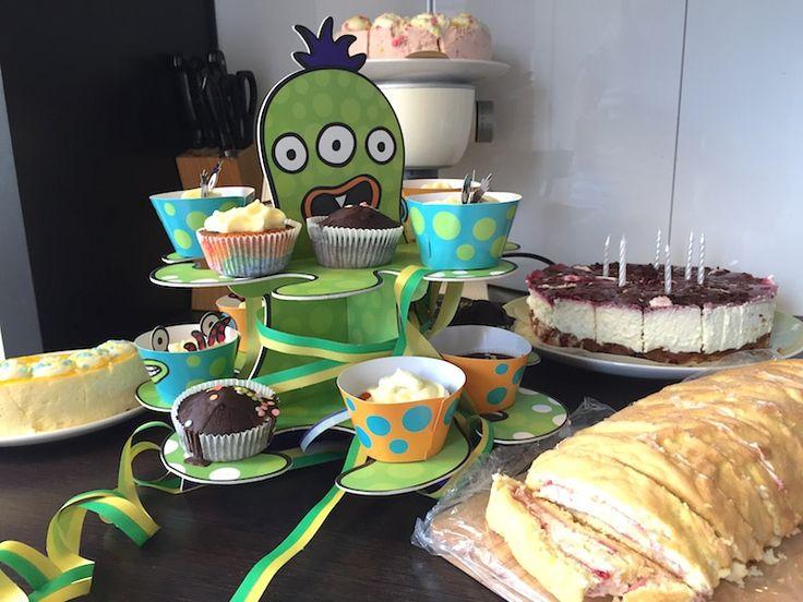 Kuchen zum 6. Geburtstag: Muffins auf Monster-Krake, Rotkäppchenkuchen und Biskuitrolle. Mehr Infos auf https://mamaskind.de.