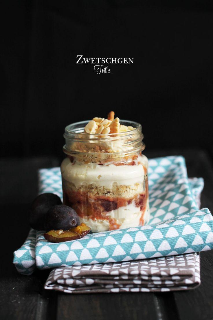 In diesem Sommer hat unter anderen der Trifle unseren Küchentisch erobert. Der Trifle ist einzuckersüßes Dessert, das aus mindestes drei Schichten besteht. Man beginnt mit einer Creme, macht z.B....