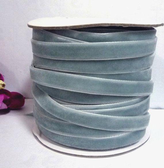 Diese VELVET RIBBON sind viel schöner als abgebildet. Diese Stück würde dress up alles, die Sie wählen, um es anzuziehen.  Länge: Wählen Sie die Länge aus der Dropdown-Liste in der rechten oberen Ecke  Breite (ca.): 3/8 Zoll/1 cm/10 mm  Farbe: Nil blau / grau blau / staubigen blau  Material: Polyester (Stretch)  Bitte beachten Sie 1 Zoll = 2,54 cm, 1 yd = 0,9144 m ***  Alle Elemente senden per Luftpost registriert mit Tracking # Wenn Sie Rasen Versand benötigen, klicken Sie bitte hier…
