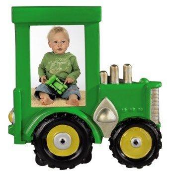 Hama. Rámeček Traktor, 5,5x7,5 cm, zelený. - dětský portrétový rámeček ve tvaru traktoru - pro fotografii formátu 5,5x7,5 cm - opěrka pro postavení na stůl, polici a pod. - sklo: reflexní - materiál: plast - barva: zelená. Foto Dolejš, cena 179 Kč
