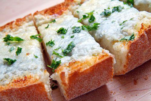 Gorgonzola Garlic Bread www.closetcooking...