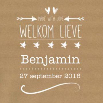Kraftpapier geboortekaartje typografie voor een jongen, met mooie typografische tekst, hartjes en pijlen.