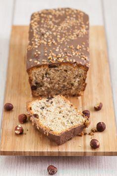 Einfaches Nusskuchen-Rezept, das sich auch toll zur Schoko-Resteverwertung eignet | http://www.backenmachtgluecklich.de