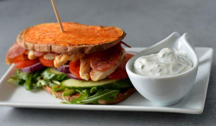 """Søtpotet-""""sandwich"""" med kylling, kalkunbacon, grønnsaker og hjemmelaget urtedressing.   Utrolig mettende, proteinrikt og vanvittig godt. ➰➰➰➰ Fremgangsmåte:  Søtpoteten skjæres i skiver på langs, ca 1-1,5 cm tykkelse. Forvarm ovnen til 200 grader. Pensl gjerne et et tynt lag med olje på hver side og krydre med litt salt og pepper. Legg de på et bakepapir oppå en rist. Steketiden varierer fra type ovn og tykkelsen på skivene. Stekes ca 25-30 minutter. Jeg snudde de også et par ganger i løpet…"""