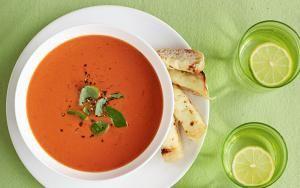 Gyors paradicsomleves sajtos-fokhagymás mártogatós rudakkal Egy igazán könnyű leves, amit a munkából hazaérve, otthon is gyorsan elkészíthetünk vacsorára. De ha hétvégén nem szeretnénk sokat pepcselni az ebéddel, akkor is jó választás.