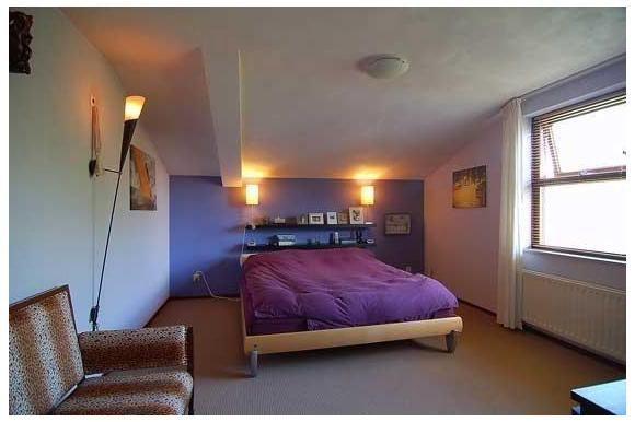 Via de trap komt u op de overloop die toegang geeft tot de 3 slaapkamers, badkamer en het separate toilet. Slaapkamer 1: ca. 15 m² ( 3,10 x 4,70 m) is gelegen aan de straatzijde van de woning. Slaapkamer 2: ca.15 m² ( 3,70 x 3,90 m) is gelegen aan de achterzijde van de woning Slaapkamer 3: ca. 7,5 m² ( 3,60 x 2 m) is tevens aande achterzijde van de woning gelegen. deze kamer is momenteel in gebruik als inloopkast.