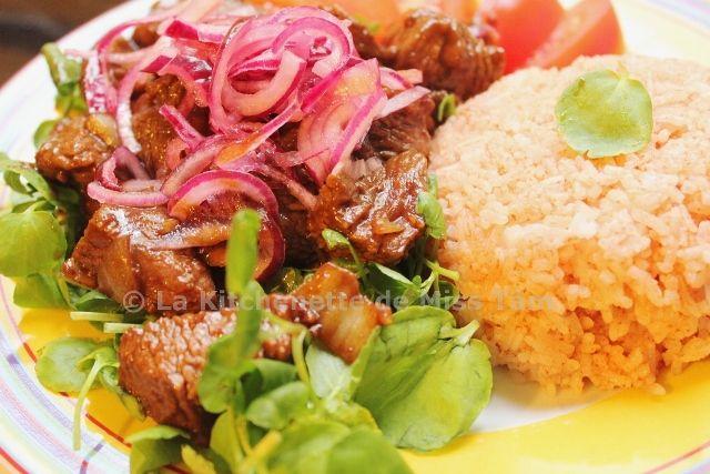 Boeuf Luc Lac  : 600 g boeuf (faux-filet,rumsteak), 2oignons, Huile,1 à 2 oignons rouges  émincés, 1batavia, 2tomates en quartiers, 300g de riz blanc Thaï parfumé,2 c bombées de concentré de tomate, 1 c à s de sauce Nuoc mam,poivre noir  Marinade bœuf : 2 gousses d'ail hachées, 2 c à s sauce huître, 1 c à s sauce soja, 2 c à c sucre, Poivre noir  / Marinade oignon rouge: 2 c à s vinaigre de riz, 1 c à s de sucre   Sauce d'accompagnement pr boeuf : 2 citrons verts, Poivre blanc en poudre, Sel