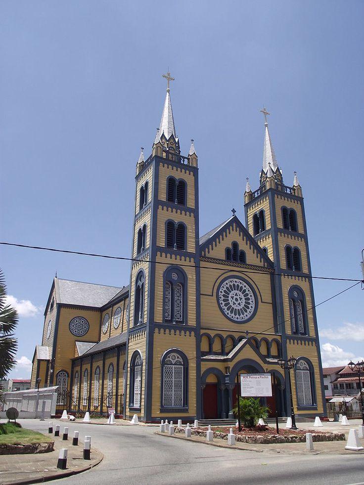 Dit is de Sint Petrus en Paulus kathedraal in Paramaribo, de oudste houten kathedraal in het Caraibisch Gebied. De bouw van de binnenkant van de kathedraal was zeer indrukwekkend.