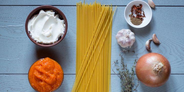 РЕЦЕПТЫ: Сливочная паста с тыквой в одной посуде - http://lifehacker.ru/2015/10/30/creamy-pumpkin-pasta/