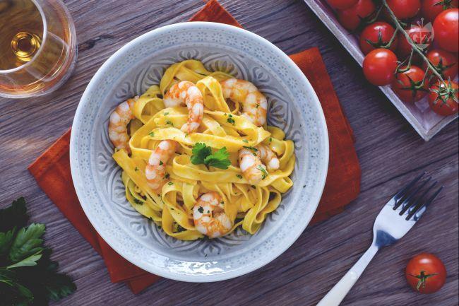Le fettuccine alla crema di gamberetti e brandy sono un primo piatto di pesce gustoso: la pasta è impreziosita da una crema saporita e profumata.