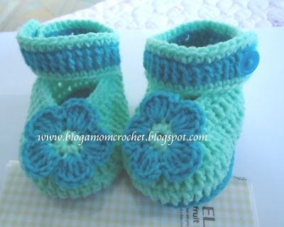 Tutorial baby booties.       For baby 2 - 5 months.       Row 1:  2 dc in the 3th chain. 1 dc in the next and just go on.  6 dc in the last...