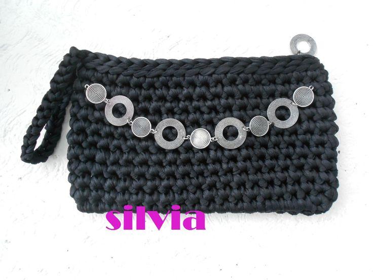pochette in nylon lucido nero, con fodera e cerniera, e catena  in argento brunito.