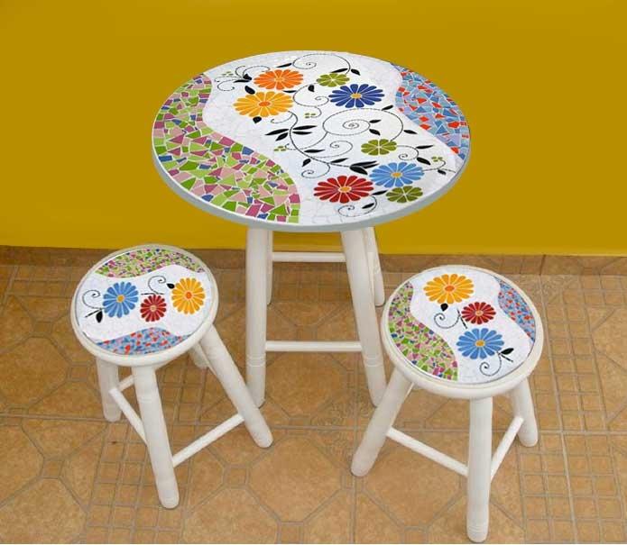Conjunto de mesa com duas banquetas, em mosaico, com tema africano, cnfeccionada em mosaico de azulejos cerâmicos, pés em madeira de lei...
