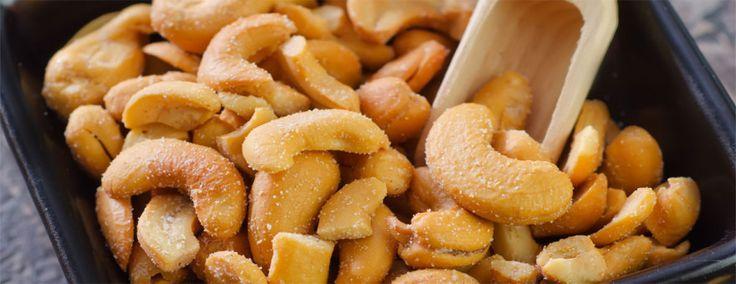 """diabetes merey castana de caju beneficios frutos secos.-La Nuez de la India, Castaña de Cajú o Merey, tiene un delicado aroma afrutado y una textura suave y rica. Proviene del árbol de Cajú, que tiene un seudo fruto conocido como la manzana de Cajú o Merey. En la parte inferior de este fruto crece la nuez del Cajú. Aun cuando a la semilla de Cajú se le llama """"nuez"""", ella es realmente una semilla. La castaña de Cajú pertenece a la misma familia del mango y del pistacho. Este árbol es nativo…"""