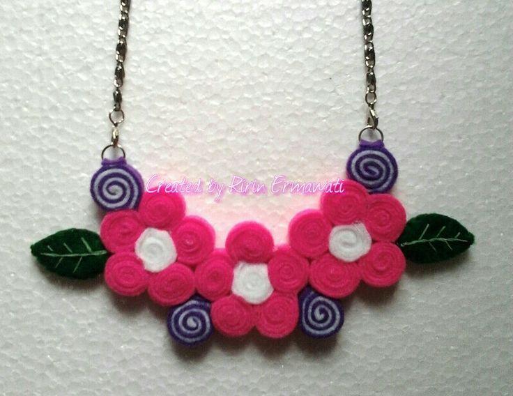 Felt necklace - 3 pink flowers