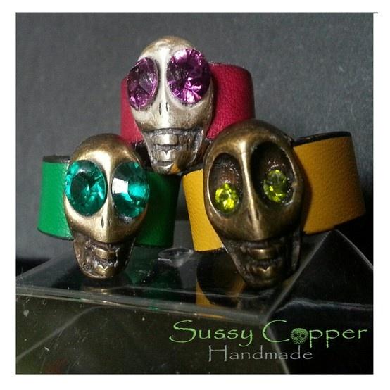 Anillos Calaveras con detalles en Swarovski. Derechos de imagen y creacion de piezas de Sussy Copper.  sussycopper@gmail.com