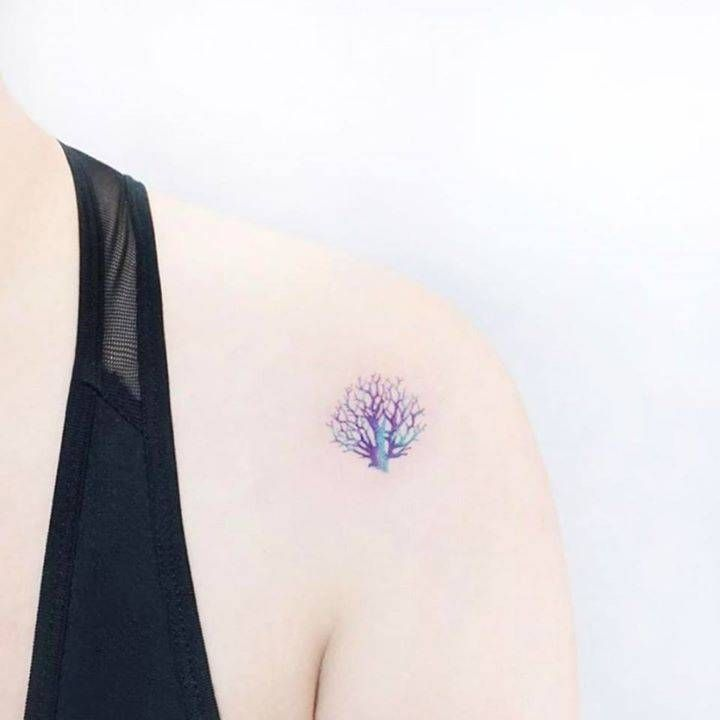 Coral tattoo on the left shoulder. Artista Tatuador: Ida