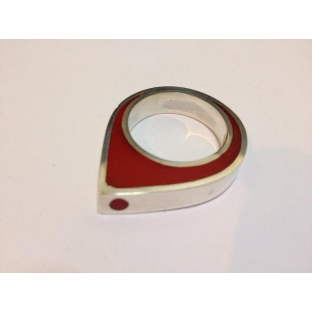 Anillo de plata fina 950 con resina roja. Pilar Porres