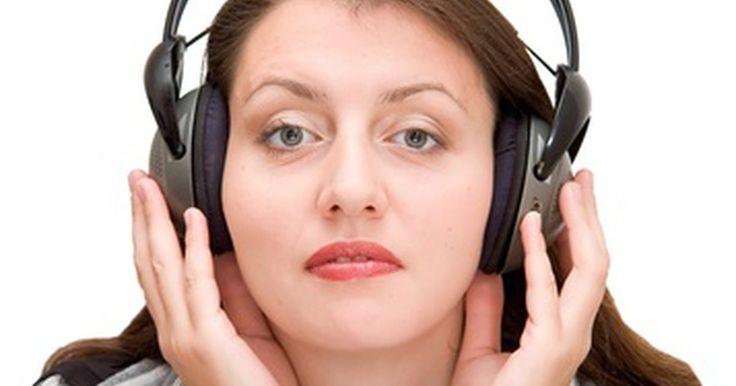 Cómo configurar los auriculares inalámbricos para usarlos con la TV. Si deseas ver la televisión sin molestar a otras personas, los auriculares inalámbricos son una excelente opción. Funcionan mediante la recepción de señales de radio desde un pequeño transmisor conectado en el dispositivo de audio. Sólo hay un problema, la mayoría de los televisores no tienen el tipo de conector de salida de 3,5 mm que necesitan ...