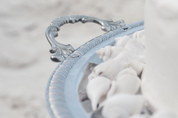 Wedding Details // Zanzibar // Destination Wedding // Strandhochzeit //  Papeterie Design, Einladung, Gelübte, Menükarten // Silber Tablett Hochzeitstorte