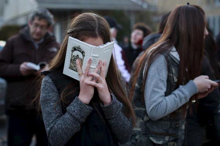 22 mars. Prière pour les sept enfants d'une famille juive orthodoxe morts lors d'un incendie à Brooklyn (New York), dans la nuit de vendredi à samedi. Le feu a probablement été causé par une plaque de cuisson laissée allumée pour garder au chaud les plats cuisinés pour Shabbat. Photo Shannon Stapleton. Reuters