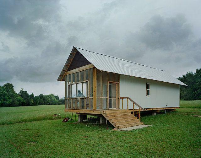 Há quase vinte anos, estudantes da Auburn University Rural Studio estão empenhados em construir casas baratas, modernas e confortáveis. Eles já construíram diversas residências no Alabama, gastando apenas US$ 20 mil dólares (cerca de R$ 45 mil reais).