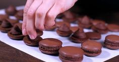 Pripravte si francúzske čokoládové makarónky - elegantnú dobrotu pre všetkých maškrtníkov. Sladučký recept na chrumkavé koláčiky s lahodnými plnkami