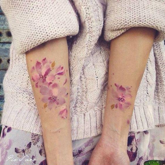 Un tatouage aquarelle sur les avant bras