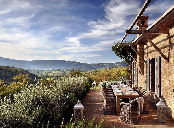 Case de vis și peisaje copleșitoare sub soarele Umbriei la Castello di Reschio. Un proiect spectaculos de revitalizare a unei zone părăsite