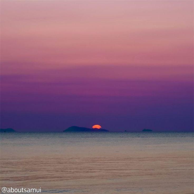 """""""Проблема"""" закатов на Самуи в том что здесь нельзя увидеть как солнце погружается в море потому что западная часть острова """"смотрит"""" на материк. Но нам кажется от этого закаты тут не становятся менее эпичными. И иногда дают такие цвета что просто диву даешься.  #закат #море #солнце #цвета #безфильтра  #aboutsamui #thailand #samui #эбаутсамуи #самуи #таиланд"""