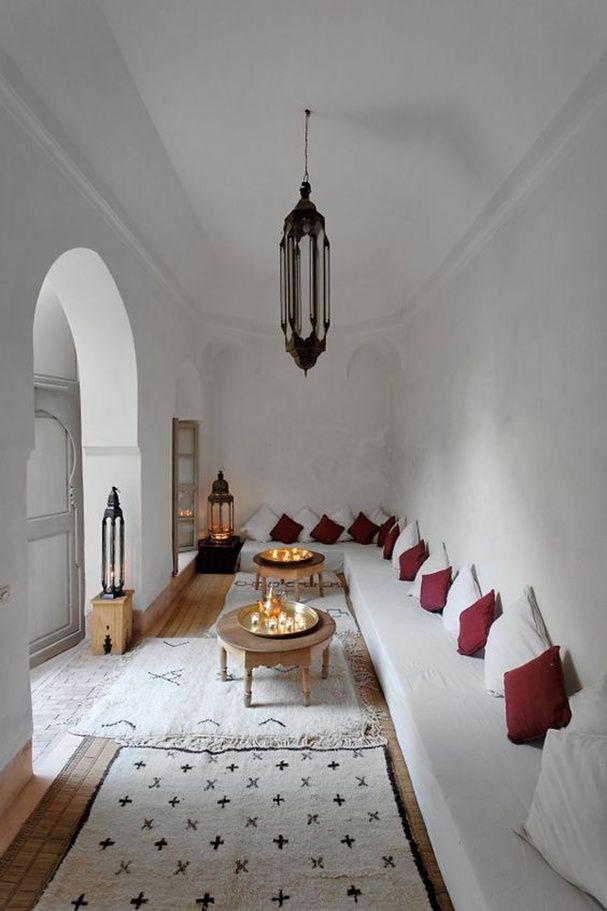 Un salon blanc d'inspiration marocaine