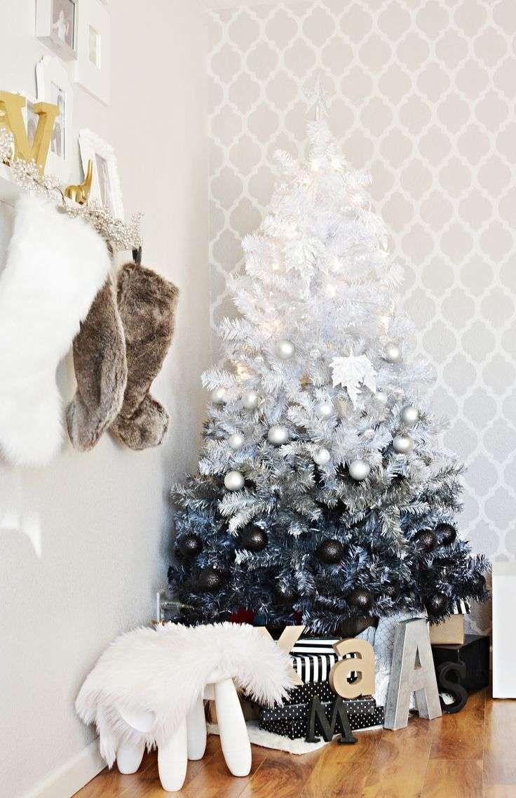 sapin de Noël artificiel en blanc, argent et noir effet ombré décoré de boules de Noël noires et argent