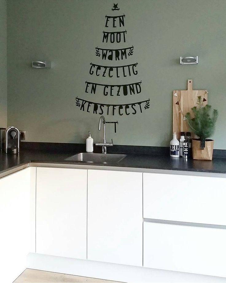 Pfff...weer aan het schuiven en veranderen. Nu de grote kerstboom tegen de lange muur staat vond ik de letterbanner op die muur ineens te druk en teveel. Dus nu maar aan de keukenwand.  Kijken hoe lang hij het daar volhoudt  ▶changing  again. The big christmastree and this letter tree against the same wall was too much. So I moved it to the kitchenwall. I wonder how long it stays there