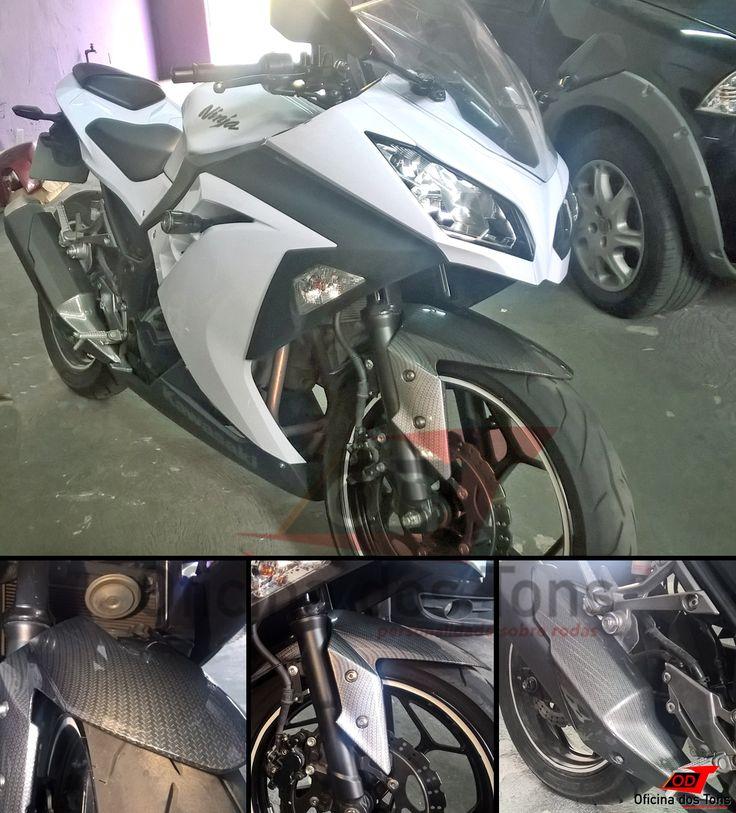 #PinturaHidrográfica textura fibra de carbono em paralama dianteiro e protetor escapamento #Kawasaki #Ninja 300.