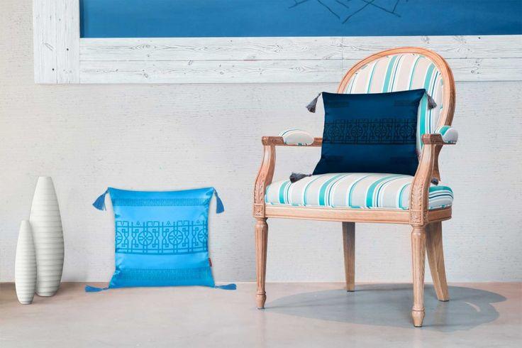 Turkuaz ve lacivert renkte, püsküllü otantik tarzda yastıklar #turkuaz #lacivert #yastık #kırlent #salon #hagiasophia #dekorasyon #dekorasyonfikirleri #oturmaodası #desenli #desen #özel #tasarım #ev #evdekorasyonu #home #decoration #blue #mavi #turquoise #navyblue #cushion #pattern