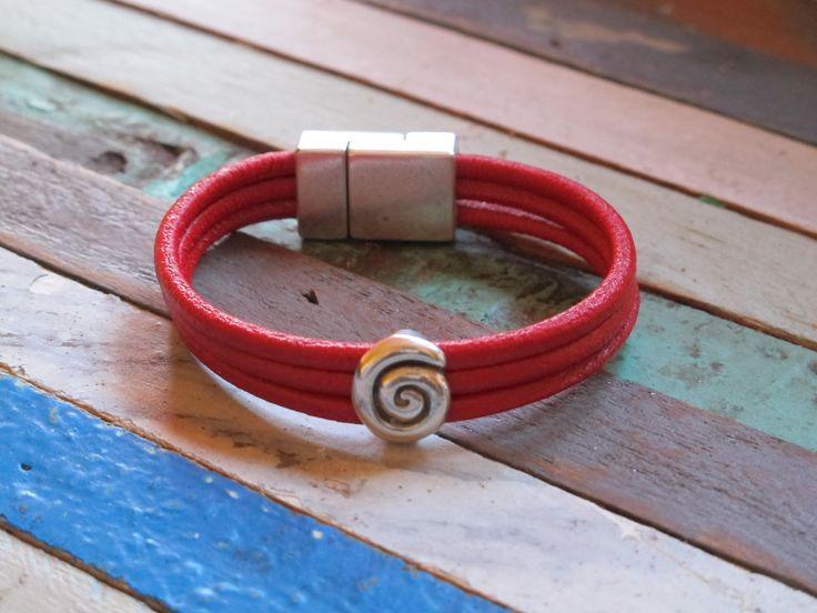 Precio : 10€. Pulsera de cuero rojo y espiral  con baño de plata. QUEDA 1