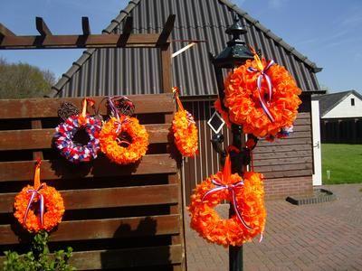 Leuke oranjekransen, gemaakt voor het goede doel. Strokrans omwikkelen met boa's, lint er om, alles met spelden vaststeken, succes!