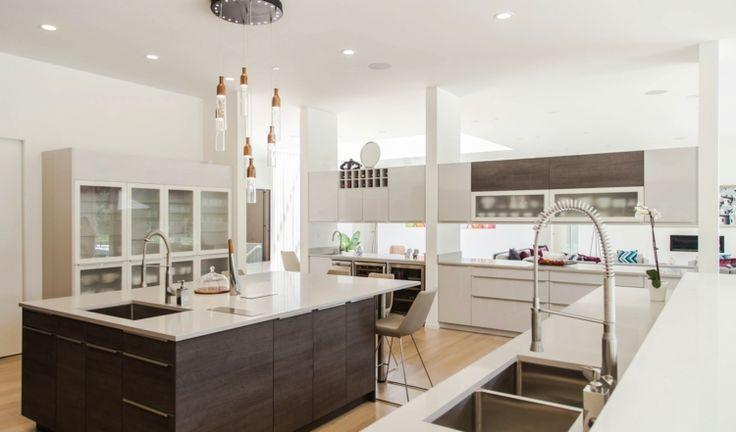 Modern Küche aus dunklem Holz