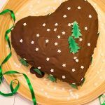 Piernikowe+serce+z+delikatnym+kremem+marcepanowym,+w+oprawie+świąteczno-zimowych+dekoracji+pięknie+zaprezentują+się+na+naszym+świątecznym+stole.+Zapraszam+po+przepis:)