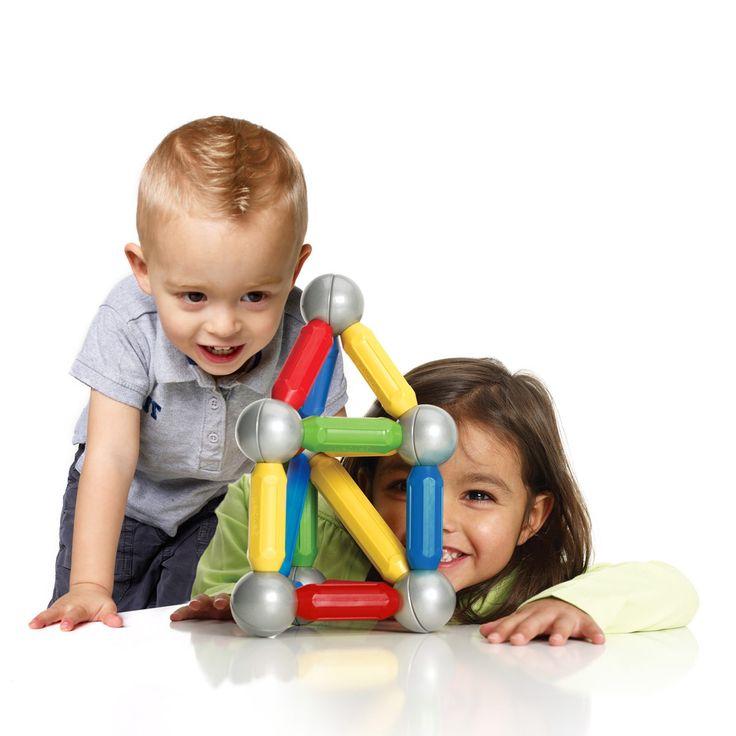 Ce jeu de construction magnétique Smartmax promet aux enfants un plaisir de jeu maximal et offre la possibilité d'explorer le monde fascinant du magnétisme à l'aide de pièces surdimensionnées spécifiquement destinées à la manipulation par les jeunes enfants. Ils seront enchantés par la découverte des effets d'attraction et de répulsion des aimants. Bien aimantées, les pièces tiennent solidement en place et, une fois assemblées, permettent de faire de nombreuses figures. Avec ce coffret de 23…