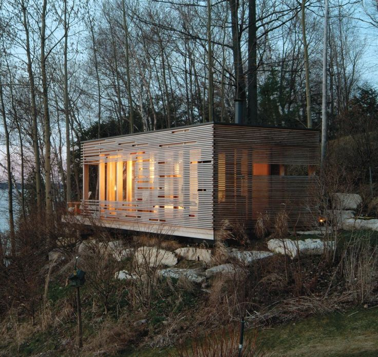 Une cabane en bois. Au bord de l'eau. Regarder la grande collection de maisons ou cabines. See all the cabins and little houses.