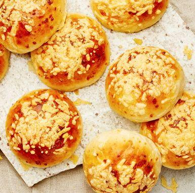 Små, goda brödbullar bakade med vetemjöl, olivolja och lagrad ost. Med ett täcke av gratinerad ost ovanpå får frallorna härlig färg, knaprig konsistens och ännu godare smak. Kan serveras med en ostskiva, men det är inget måste.