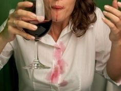Vinho branco neutraliza as manchas de vinho tinto.