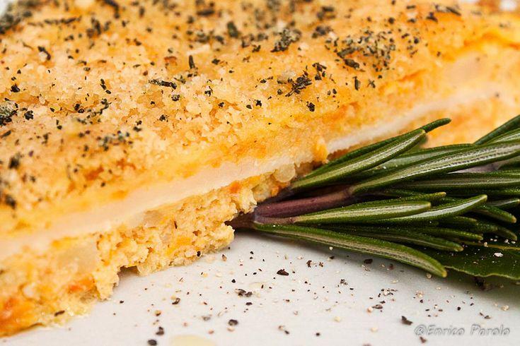 """La zucca non è mai un ingrediente semplice da """"ricettare"""" e non piace a tutti. Con questo sformato di zucca, vi assicuro, però, che riuscirete a mettere d'accordo più palati e potrete cucinare la zucca in modo diverso dal solito risotto, dalla tradizionale crema e dai classici tortelli. In questo sformato il sapore particolare della zucca si unirà alla delicatezza delle patate, al sapore deciso del parmigiano, agli aromi delle erbette profumate e alla golosità del formaggio Brie fuso."""