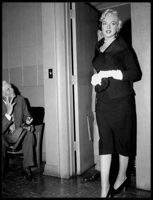 27 Octobre 1954 / DIVORCE DiMAGGIO / Sidney SKOLSKY accompagna Marilyn et l'avocat Jerry GIESLER au tribunal de Santa Monica. Marilyn comparu devant le juge Orlando H. RHODES. Elle lui dira :  « Votre Honneur, mon mari était parfois d'une humeur si noire qu'il restait sans m'adresser la parole pendant cinq jours, même sept jours de suite. Encore plus même quelquefois. Je lui demandais : « qu'est-ce qui ne va pas ? ». Pas de réponse ! Il m'interdisait de recevoir des visites ; en neuf mois…