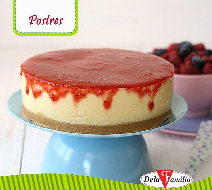 RECETA: Pastel de queso y fresas  Ingredientes Para la base: • 1 bolsa (12 paquetitos) de galletas tipo maría  •2 barras de mantequilla Para el relleno • 1 1/2 taza de Flan Dela Familia (para preparar 4 raciones) •200 ml de crema para postres o crema fresca •400 g de leche condensada (1 lata grande) •600 g queso crema (un tarro a temperatura ambiente) •1 Caja de Chantilly Dela Familia (opcional para decoración) Para la cobertura: •300 g de fresas •Jugo de medio limón •3 cucharadas de azúcar
