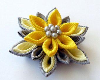 Broche de flores de tela Kanzashi. Perno de la solapa del por JuLVa