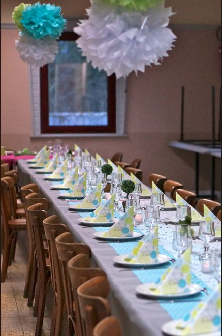 De jolies suspensions de pompons apportent de la gaité dans une salle des fêtes louées à l'occasion d'une communion ou d'un baptême #idées #table www.mesabella.fr