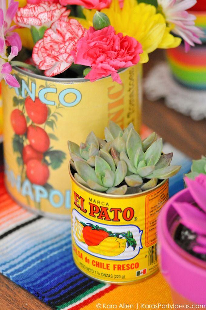 Flores y suculentas en latas. Decoración de matrimonios mejicanos.