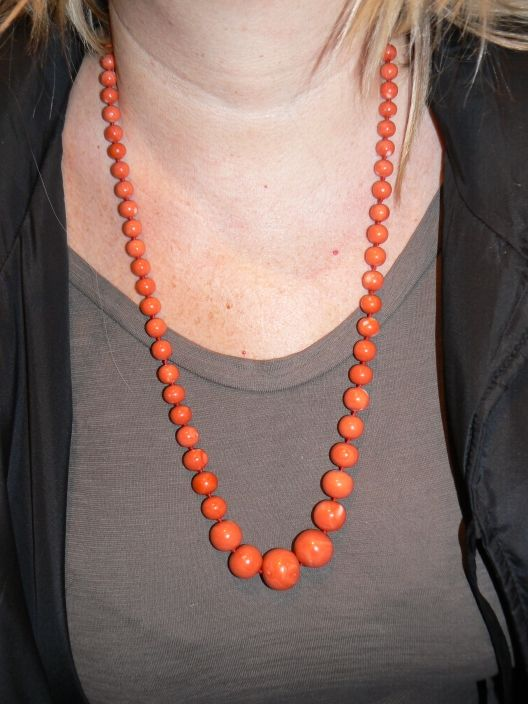 Japanese natural coral necklace clasp in 18kt yellow gold total length 75 cm in gradation from MM8 to a maximum of 1.9 cm Total weight 112 - Dogale Jewellery Venice Italia